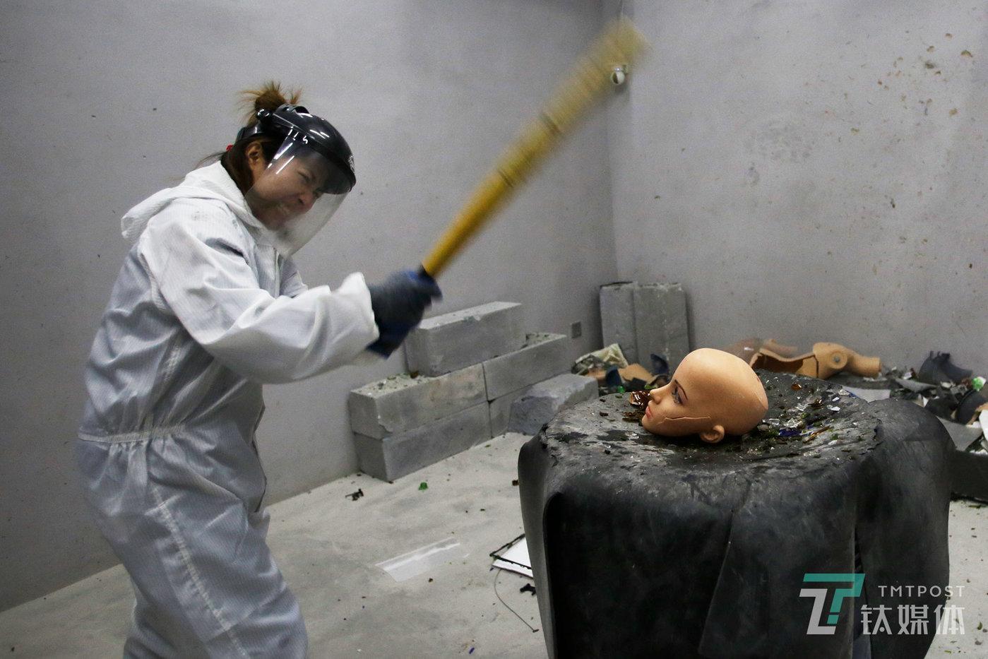 12月7日,北京798,一家名为Smash House的发泄屋,一名全副武装的顾客举起棒球棍砸向模特假人的脑袋。