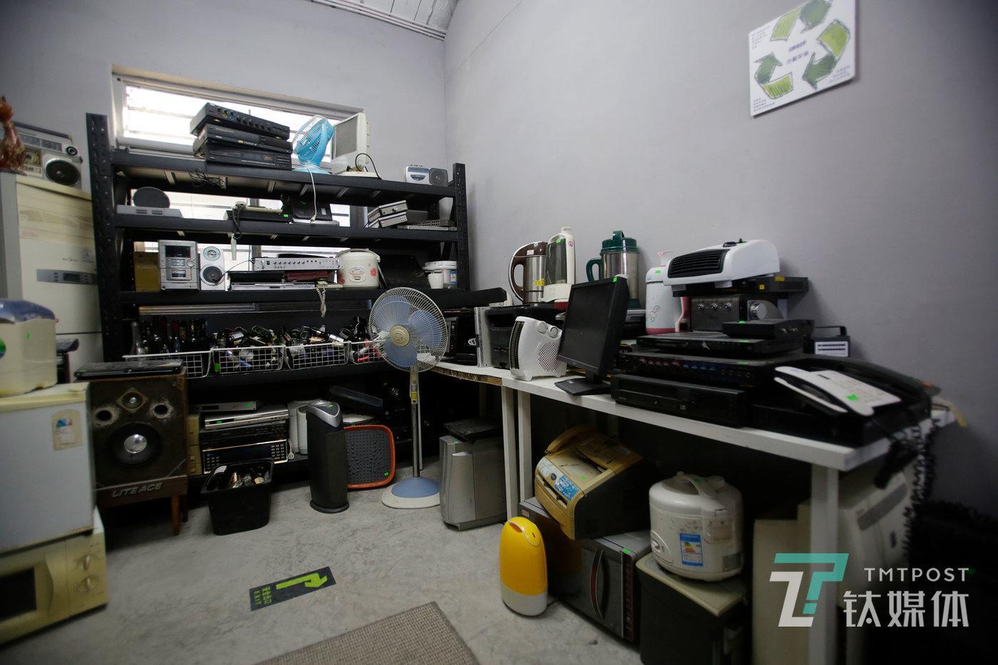 """发泄屋的""""商品间""""供顾客选择的打砸用品:酒瓶、旧家电、旧办公用品。"""