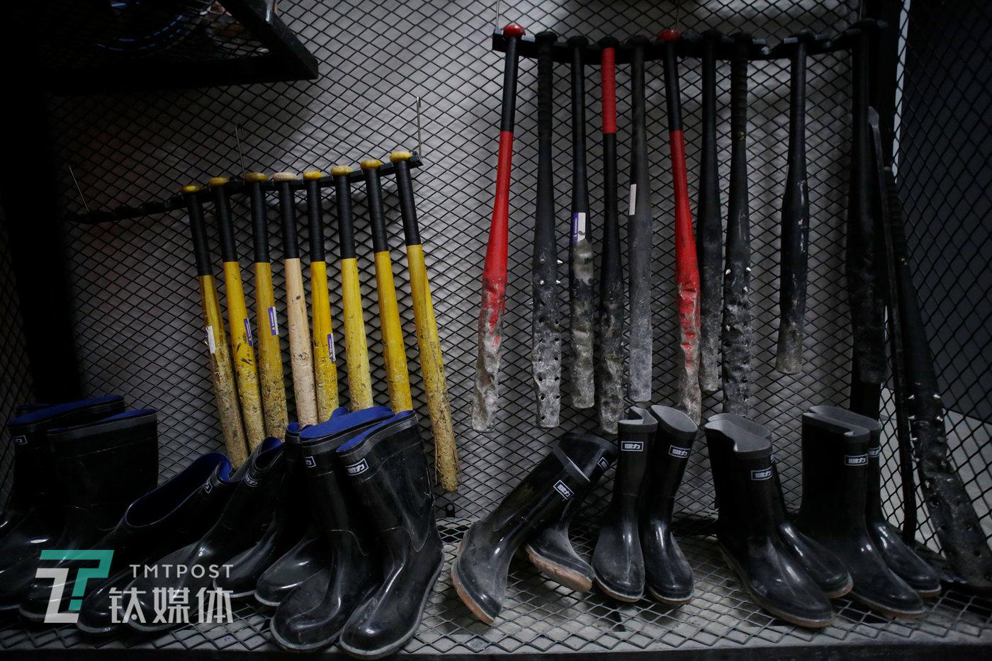 """供顾客挑选的""""武器""""。开业3个月,这些木棒和铁棍都已经被砸得伤痕累累了。"""