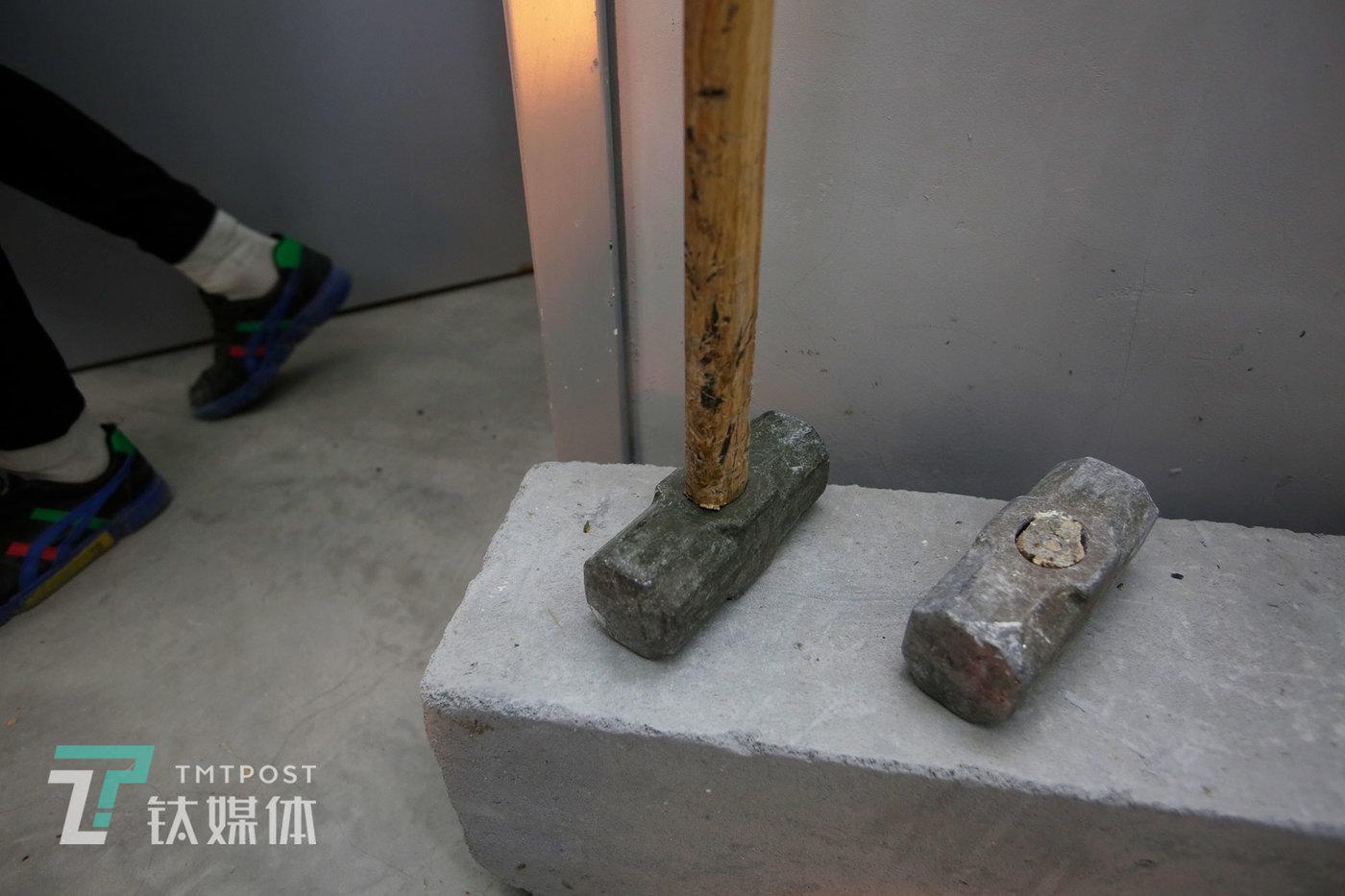 对一些棒球棍砸不动的金属制品比如DVD,店主给顾客准备了锤子,其中一个锤子被顾客砸断了。