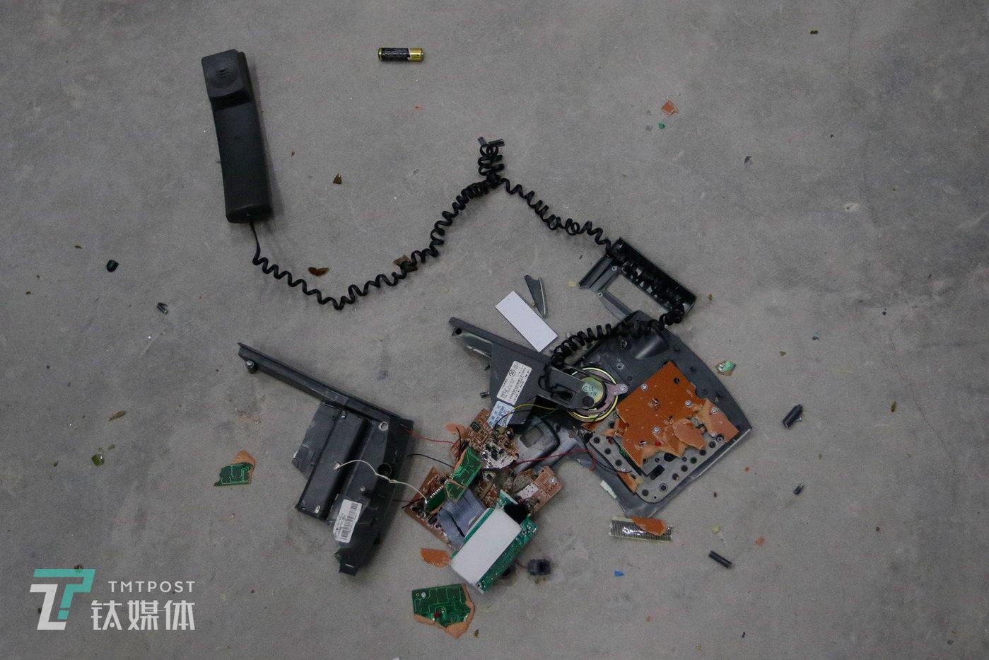 被一名女顾客砸烂的电话机,这名女士说,她是把这台电话机当作自己的前男友来砸的。