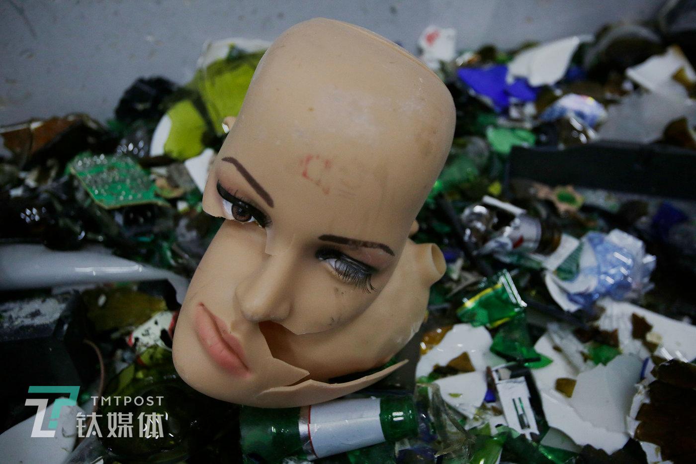 被人砸烂的模特假人的头部,这个模特的打砸价格为250元。