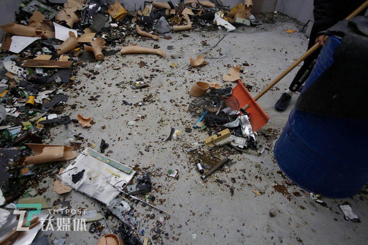 """一拨顾客""""发泄""""完后,店员立即开始打扫发泄屋。""""每隔段时间我们就把这些碎渣运出去一次,上个礼拜刚处理了两百多袋。""""这名店员告诉钛媒体《在线》。"""