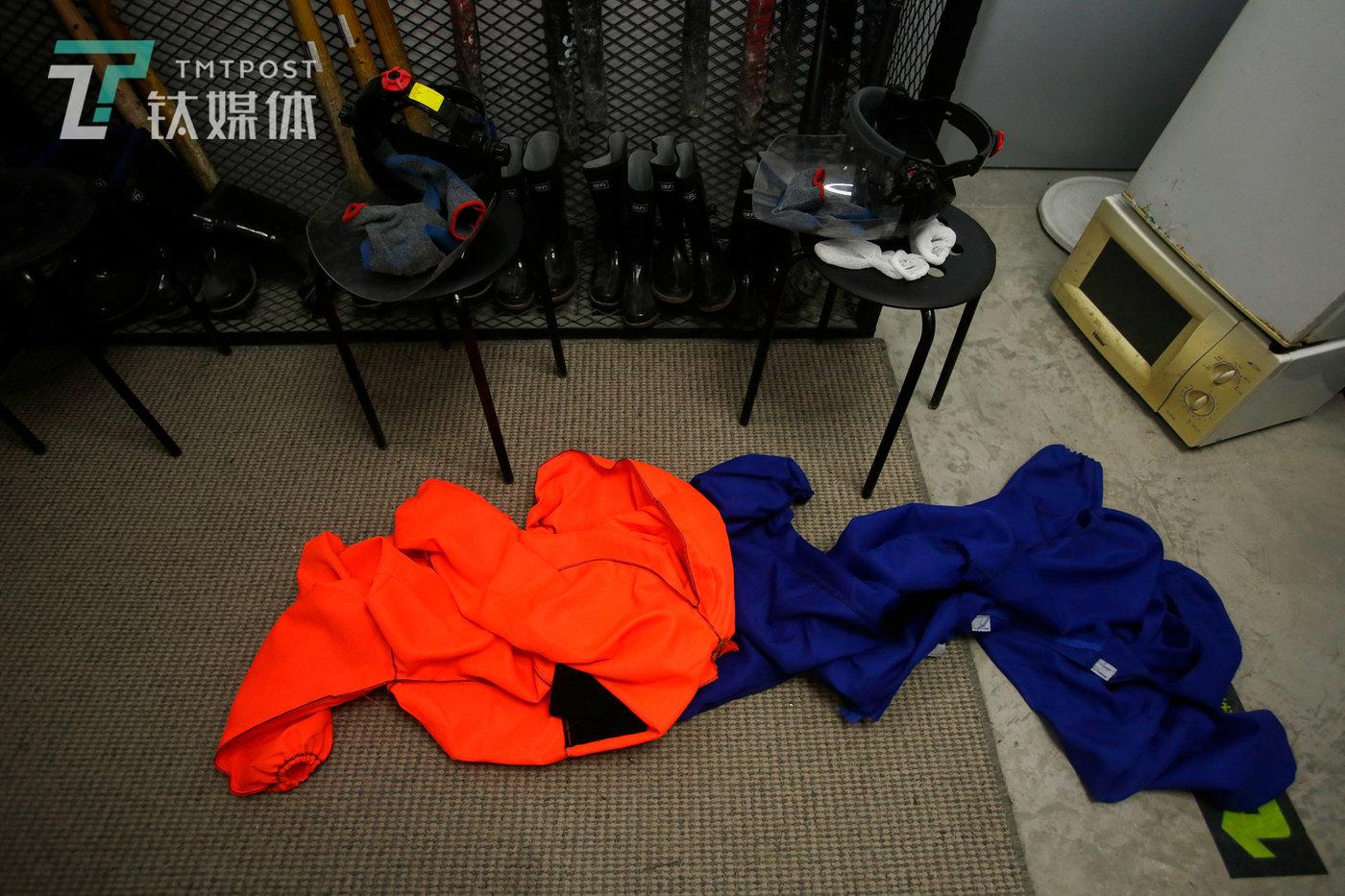 两名顾客砸完后脱下的防护服和防护面罩。