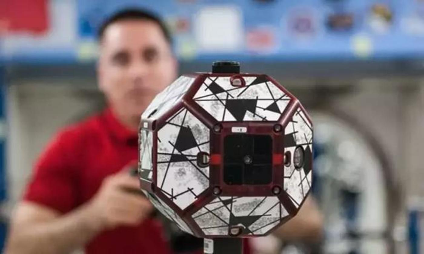 检视空间站的迷你卫星