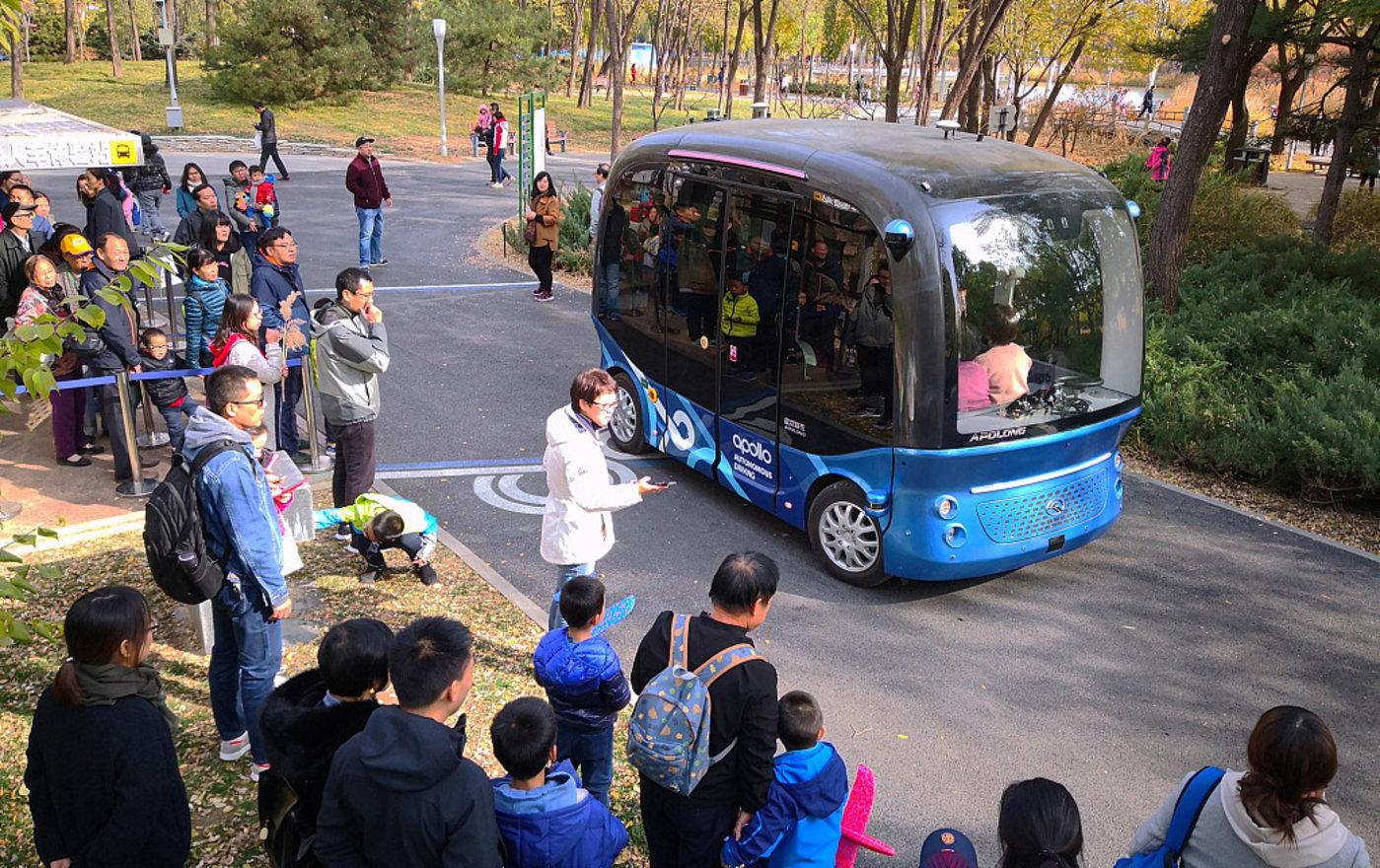 """百度阿波龙L4级别自动驾驶巴士""""在公园两门之间里免费接驳游人"""
