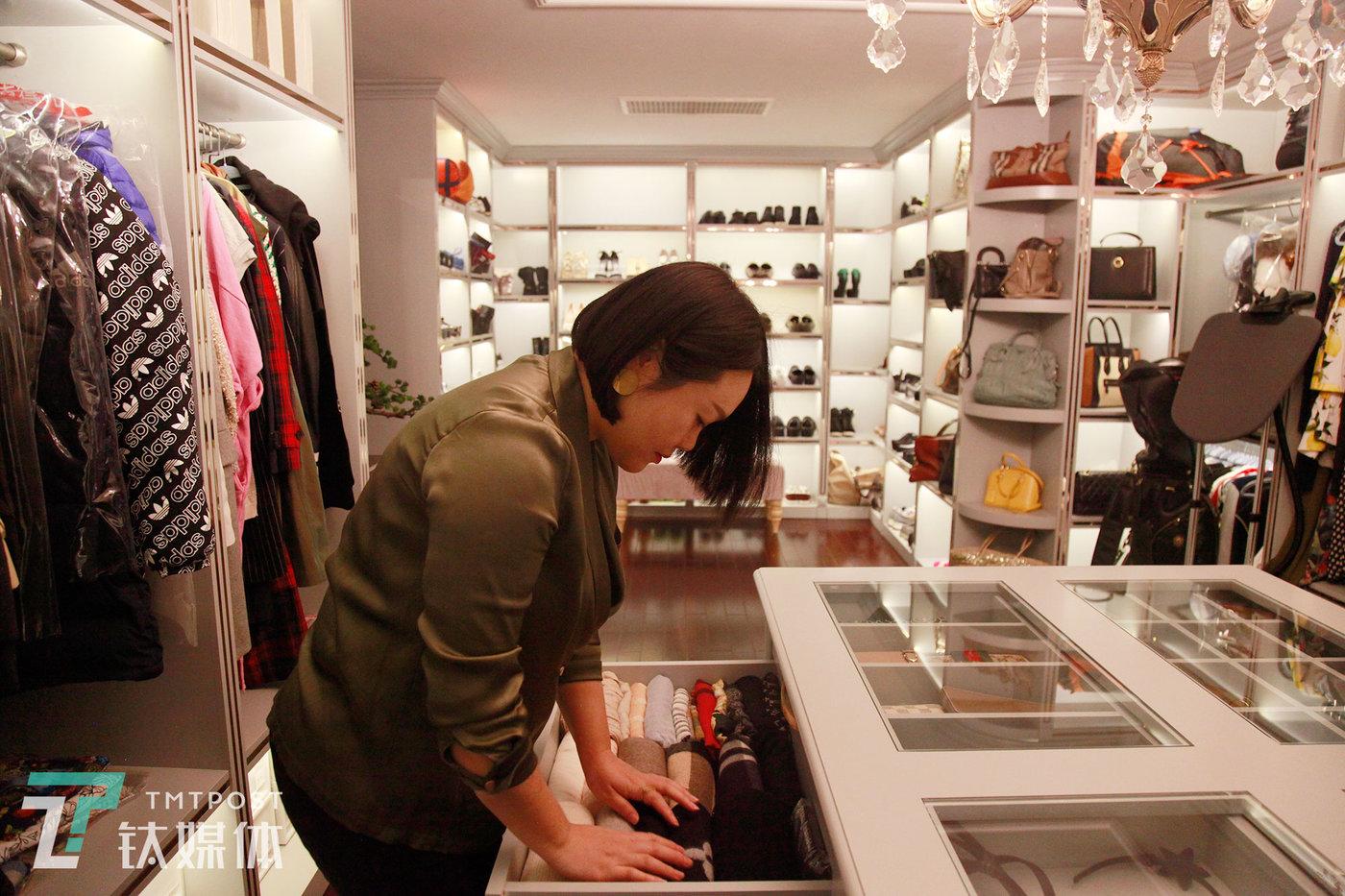 12月7日,北京朝阳区,衣橱管理师邵帅(左)在客户家做衣橱复查。