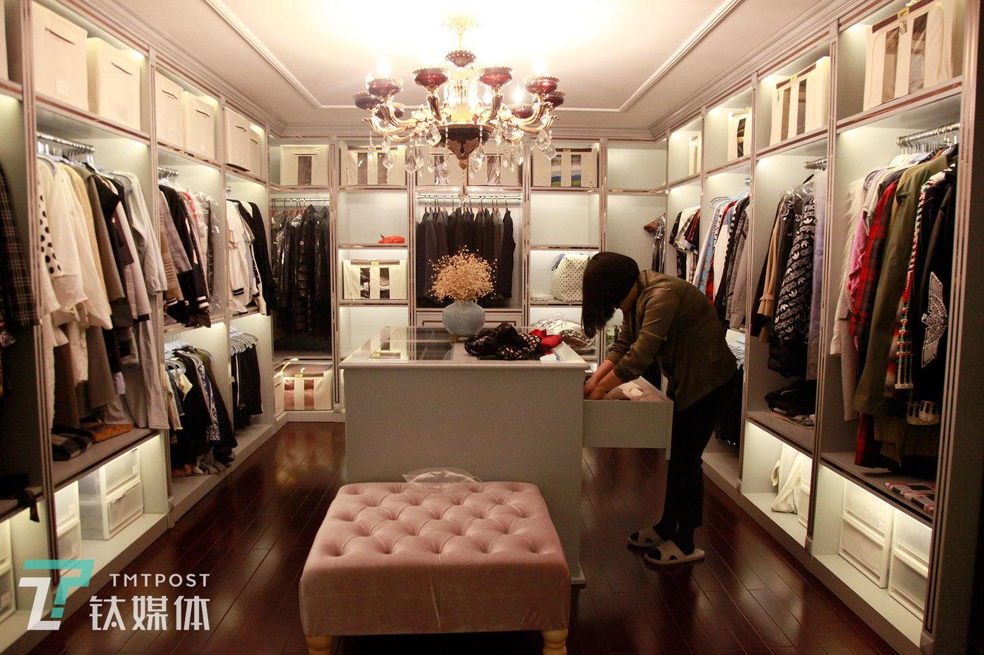 邵帅在客户的衣帽间整理围巾。