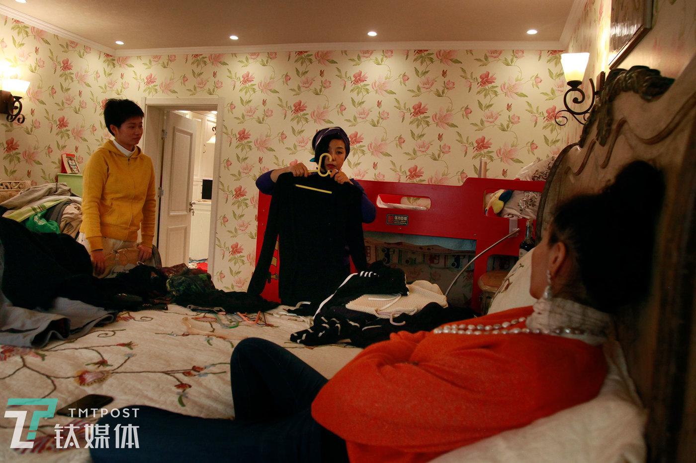12月5日,衣橱管理师魏小晖(中)和助手在客户家进行衣橱整理。
