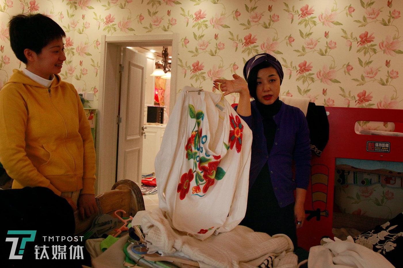魏小晖和团队助手松子一起同客户筛选衣服。