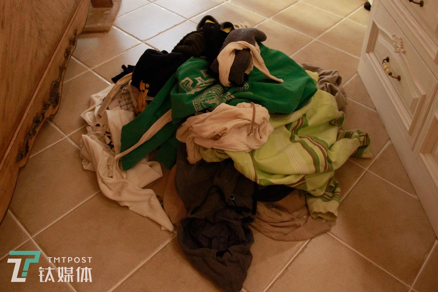 魏小晖陪同房主筛选出来的衣服。