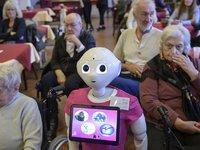 相比人类,机器人护理更加让老人没负担?