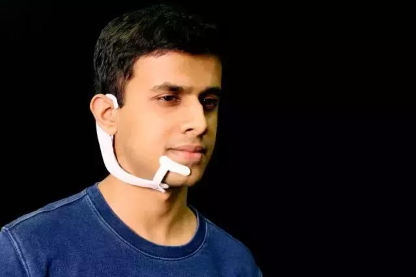 麻省理工学院媒体实验室Fluid Interfaces小组的研究员Arnav Kapur演示了AlterEgo项目