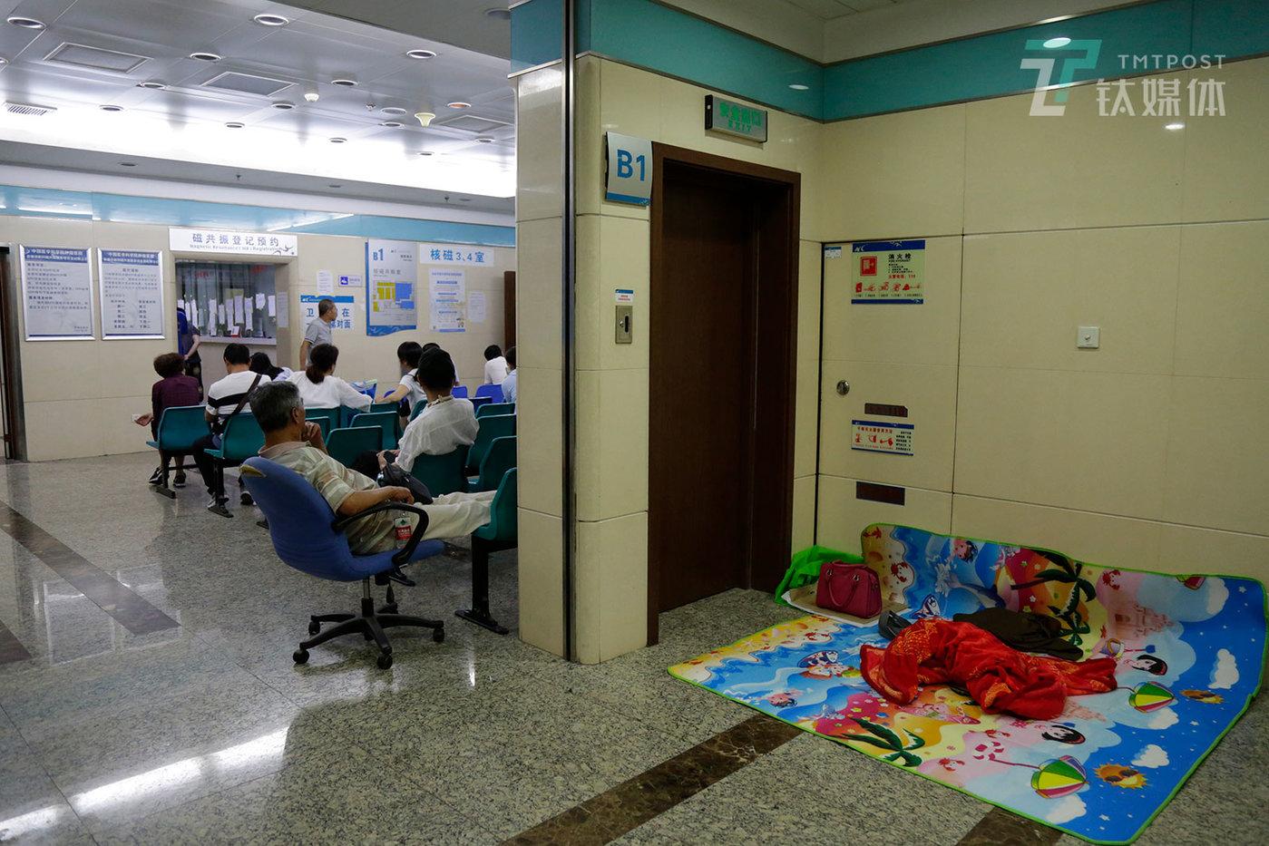 2018年5月30日23:48,北京,中国医学科学院肿瘤医院,患者在等待做核磁,有人打起了地铺。