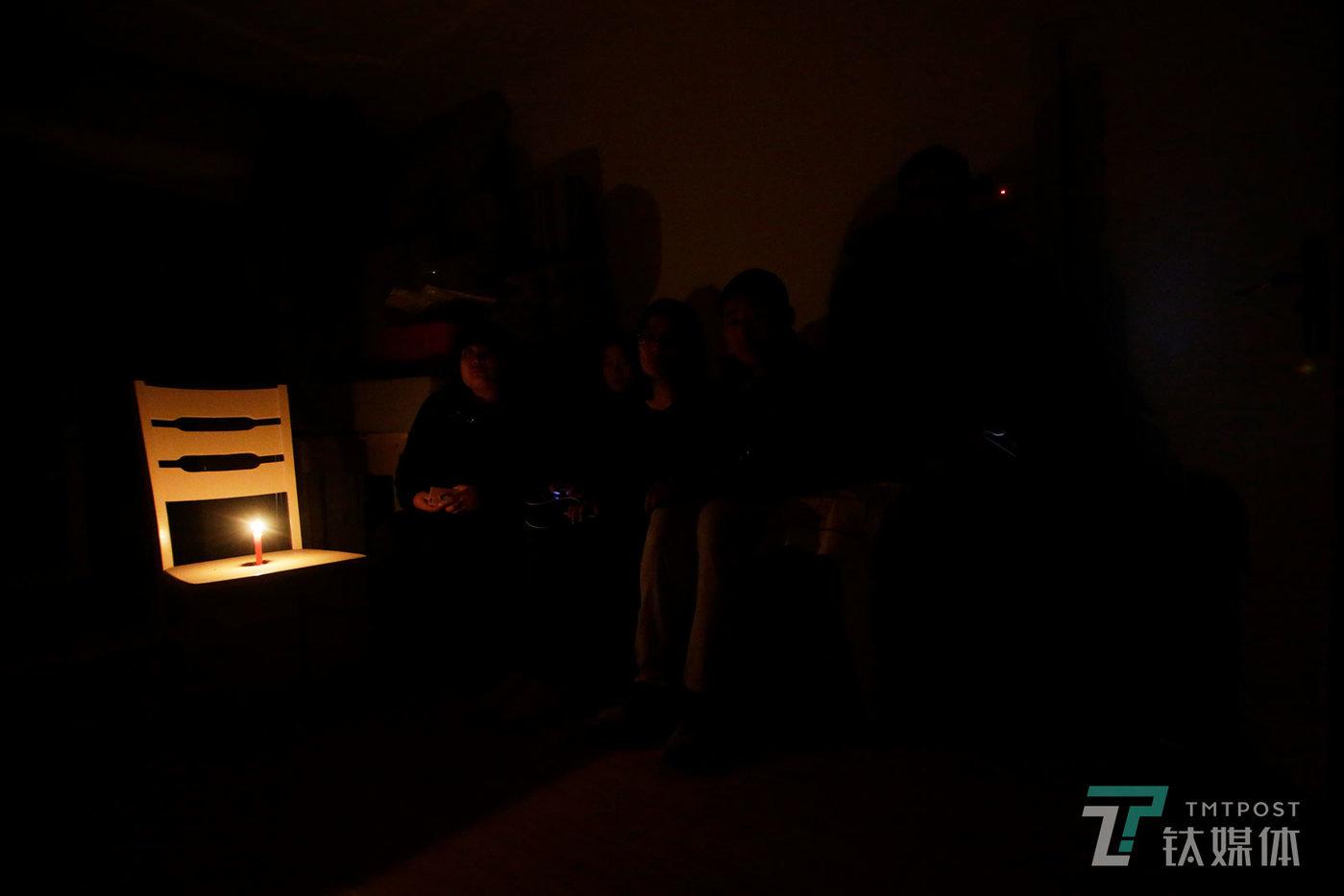 【租客】11月19日,北京通州,昊园恒业运营的一处出租房内,房东切断水电驱赶租客,租客点起蜡烛照明。长租公寓爆仓,一度令上海、北京等地大量租户陷入租金贷。