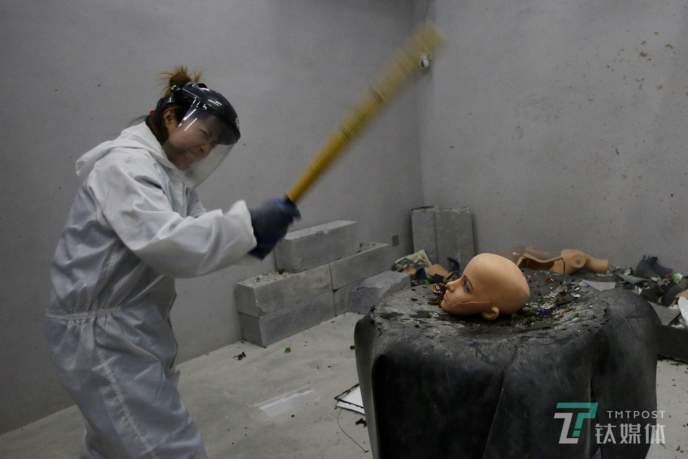 【发泄屋】12月7日,北京798,一名顾客在Smash发泄屋挥棒打砸。顾客可以在这里花钱随意打砸,也可以自带物品前来打砸。