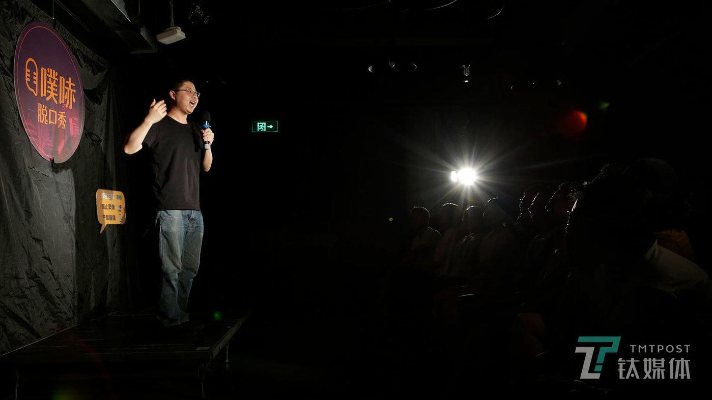 """【吐槽大会后备军】6月23日,北京三里屯,脱口秀演员呼兰在一场商演中表演。 脱口秀综艺火爆网络,但脱口秀演员却""""不够用"""",线下小剧场成了后备军们最重要的演练场地。"""