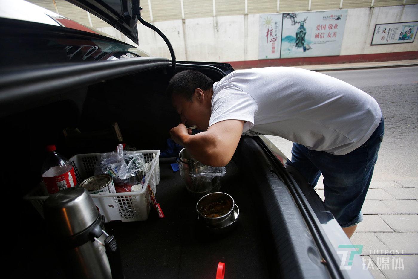 【后备箱的早餐】8月28日早上6:45,北京首都机场附近,网约车司机孙忠臣送完第一单后,在后备箱吃起了早餐。2018年,几起骇人听闻的刑事案件和监管部门的一系列动作,使得这个行业踩下了急刹车。