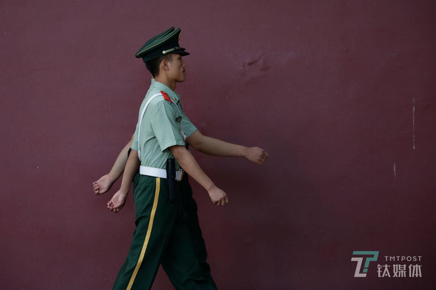 【巡逻】6月10日,北京,红墙下。