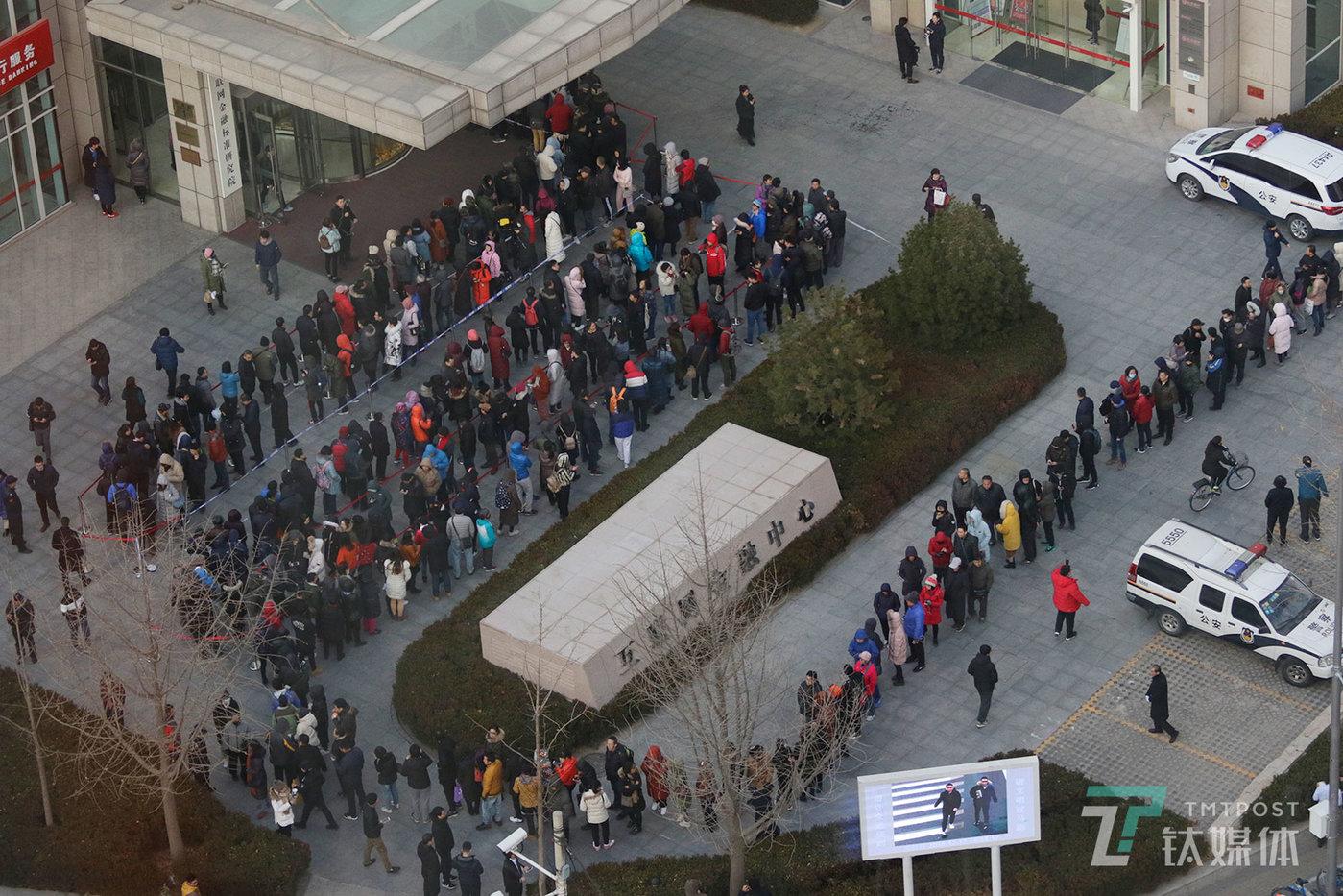 【我的押金】12月17日,北京,小黄车总部所在的金融街互联网金融中心,排队登记退押金的小黄车用户。