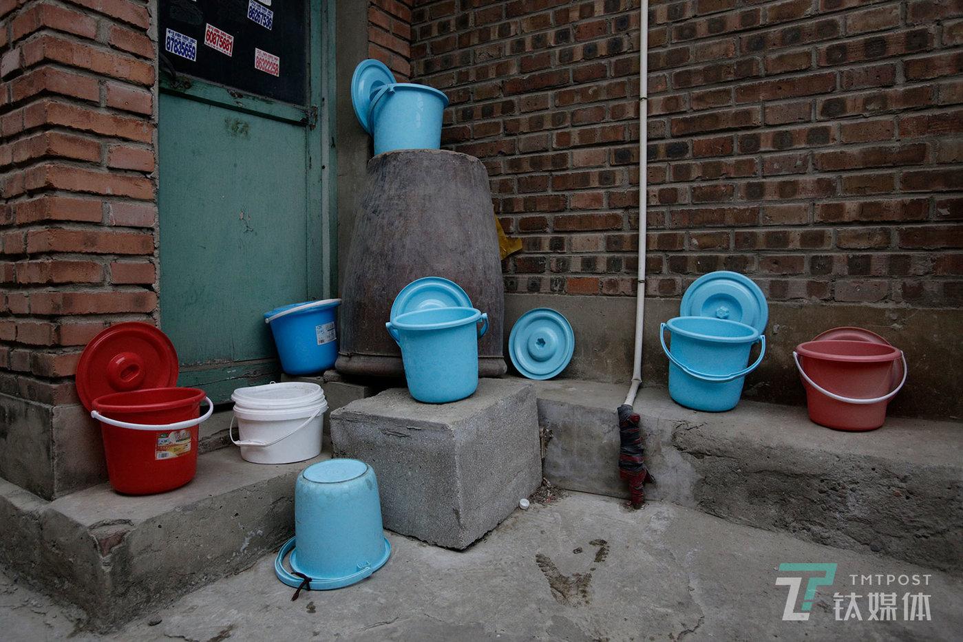 【群居】4月29日,北京朝阳区石各庄,租户们摆放在外面的尿桶。石各庄聚集了大量来自四川达州的打工者,他们大都从事建筑、装修等体力劳动。他们租住的房子大都没有厕所和独立厨房。