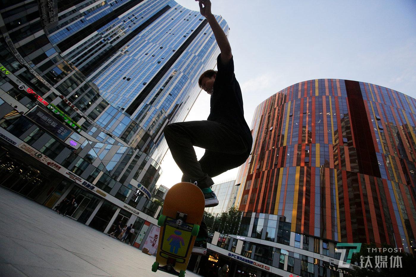 【Skate boy】6月14日,北京三里屯SOHO下沉广场的滑板运动爱好者。