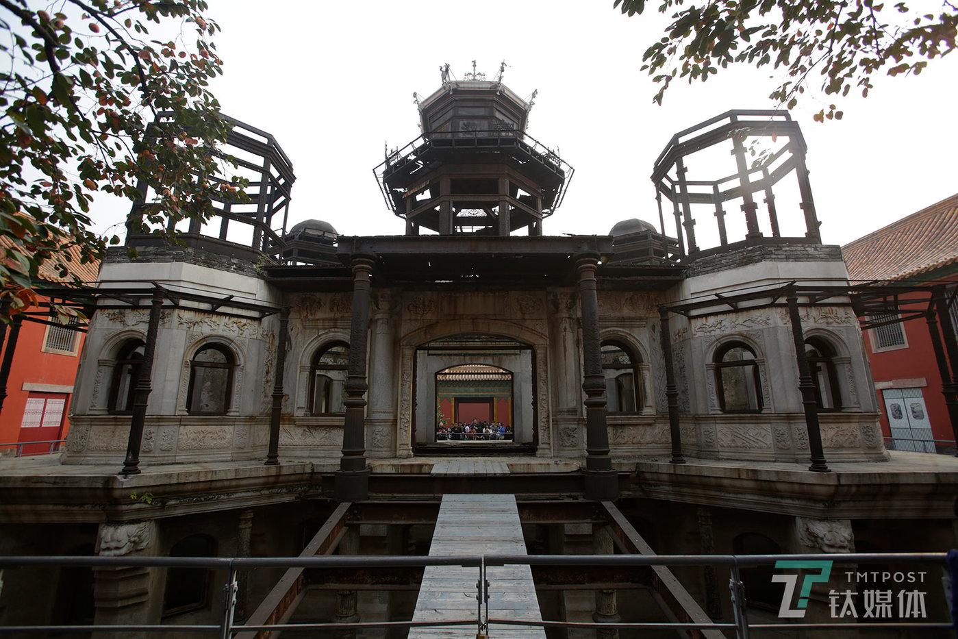 【烂尾楼】10月14日,北京故宫延禧宫。《延禧攻略》火爆网络,延禧宫野成为游客必到的地点,跟剧中的延禧宫完全不一样,现实中的延禧宫其实是一座烂尾楼。