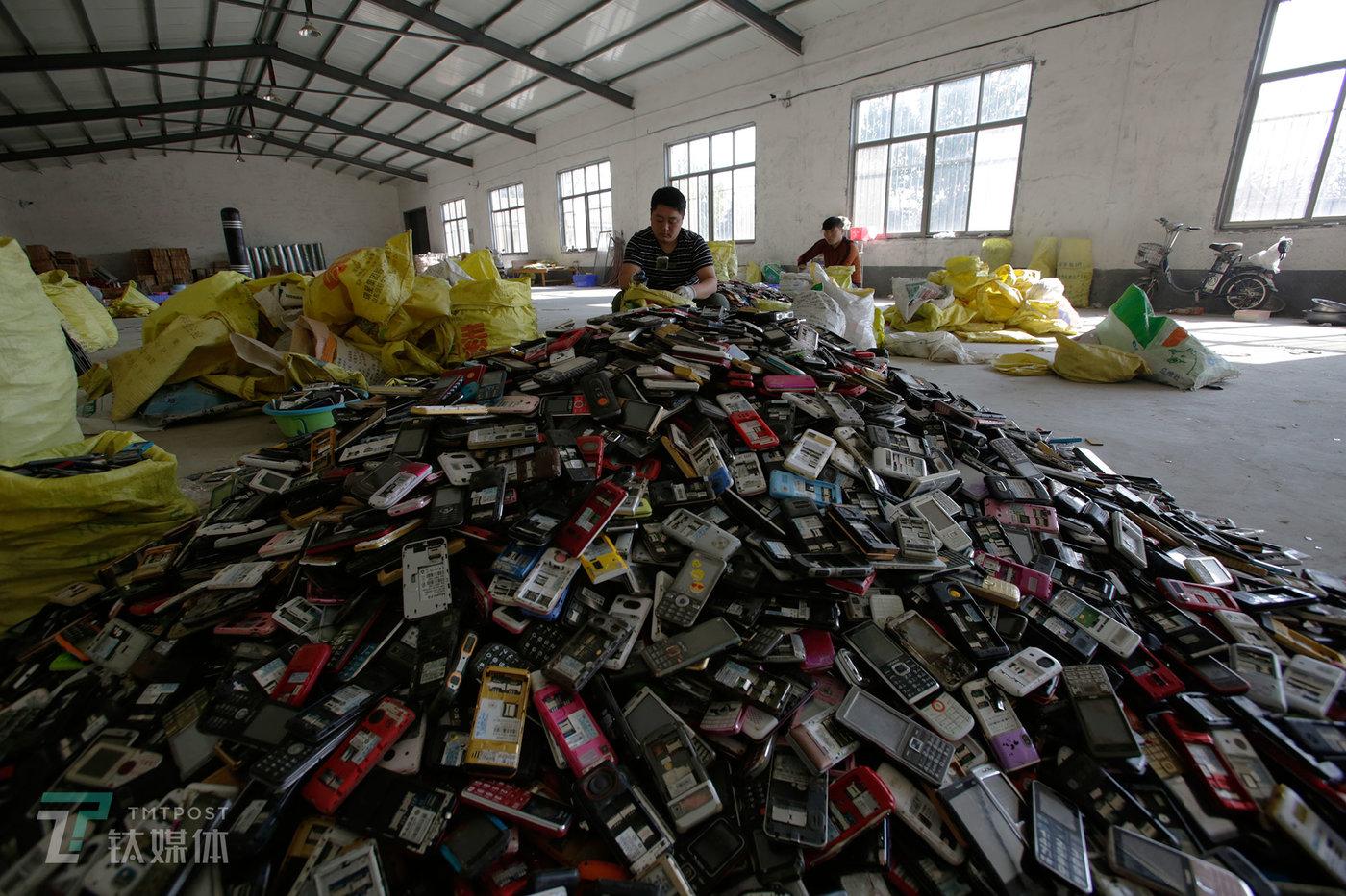 10月11日,山东梁山一家废旧手机回收公司,工人在对回收过来的手机进行分类拣选。