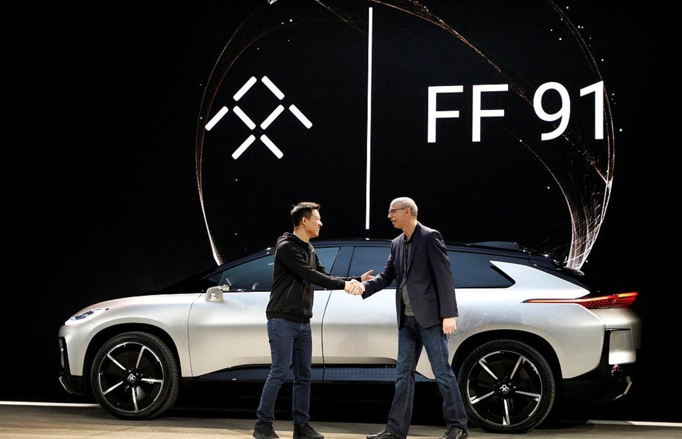 法拉第未来的贾跃亭以及该公司所发布的FF91电动汽车,图片来源@视觉中国