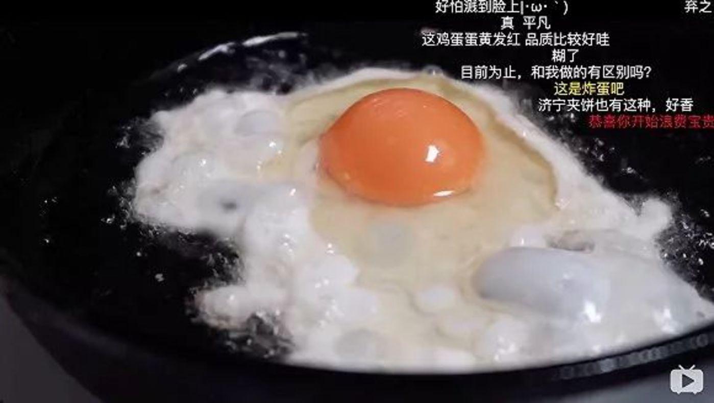 cbvivi在7分的Vlog里用5分钟的时间记录下了煎蛋的全程变化