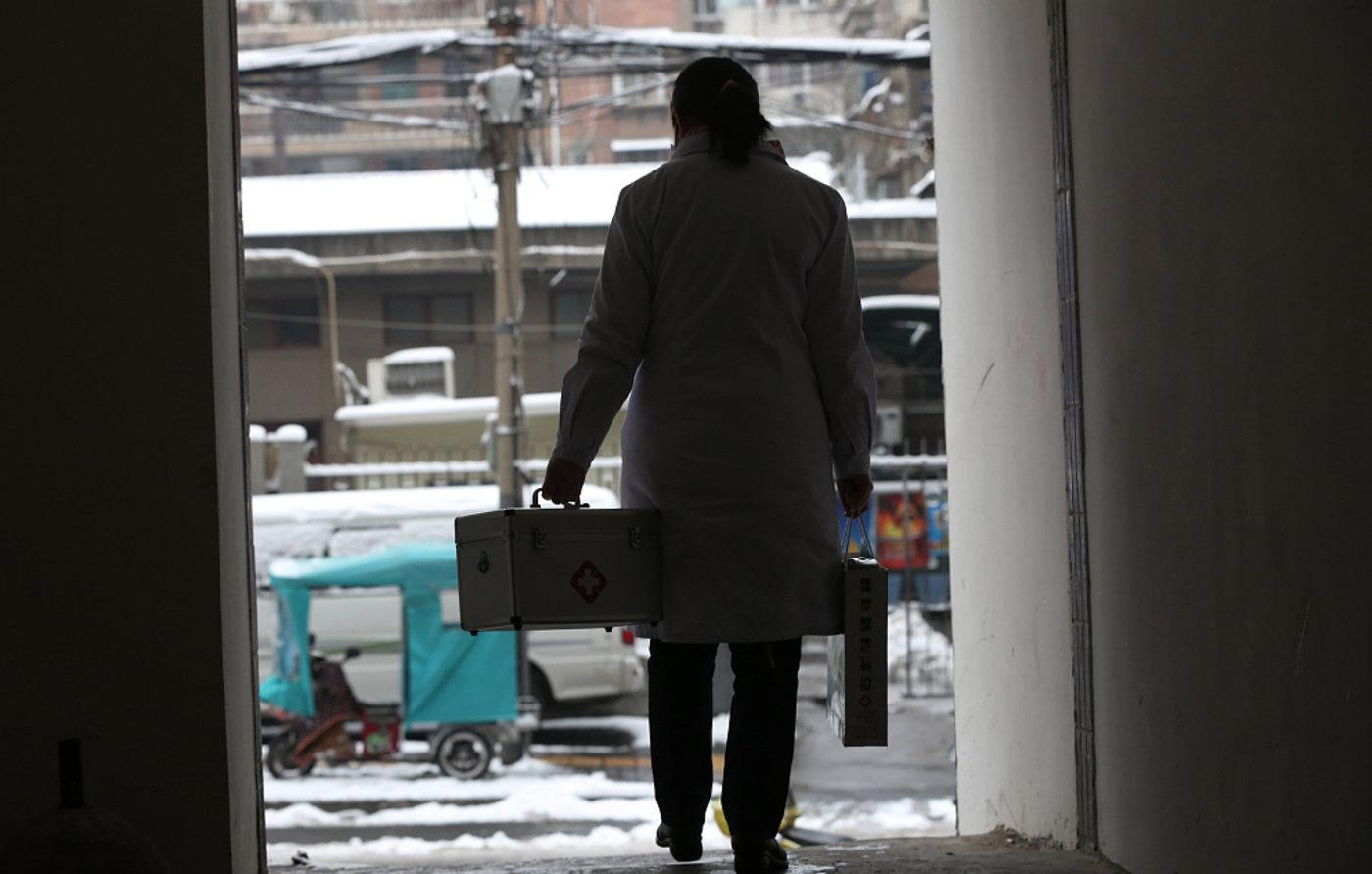 西安:家庭医生雪后出诊。图/视觉中国