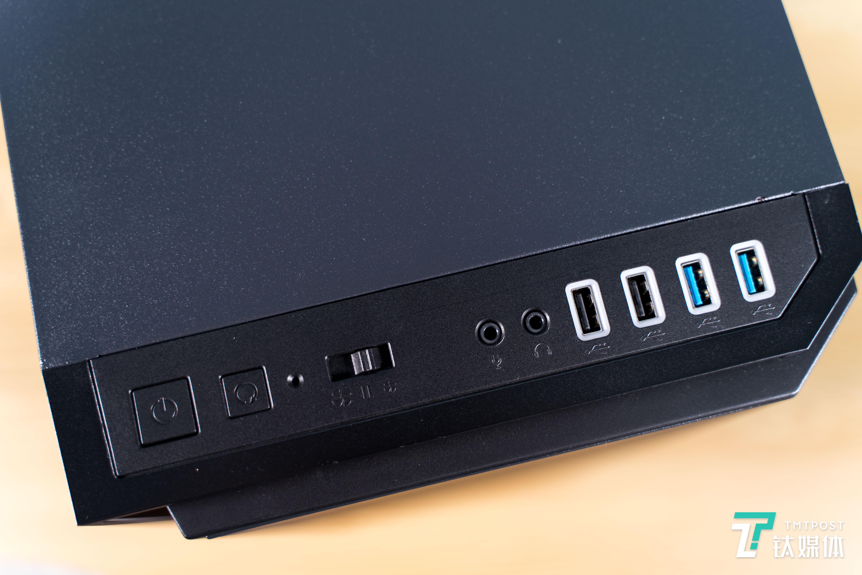 顶部不仅有风扇调速按键,还有发光的USB接口