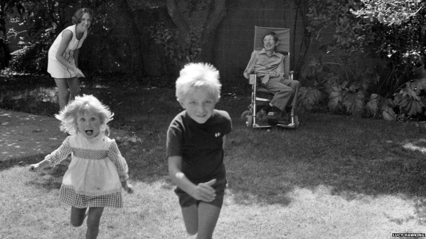 孩童时期的Lucy(左一)