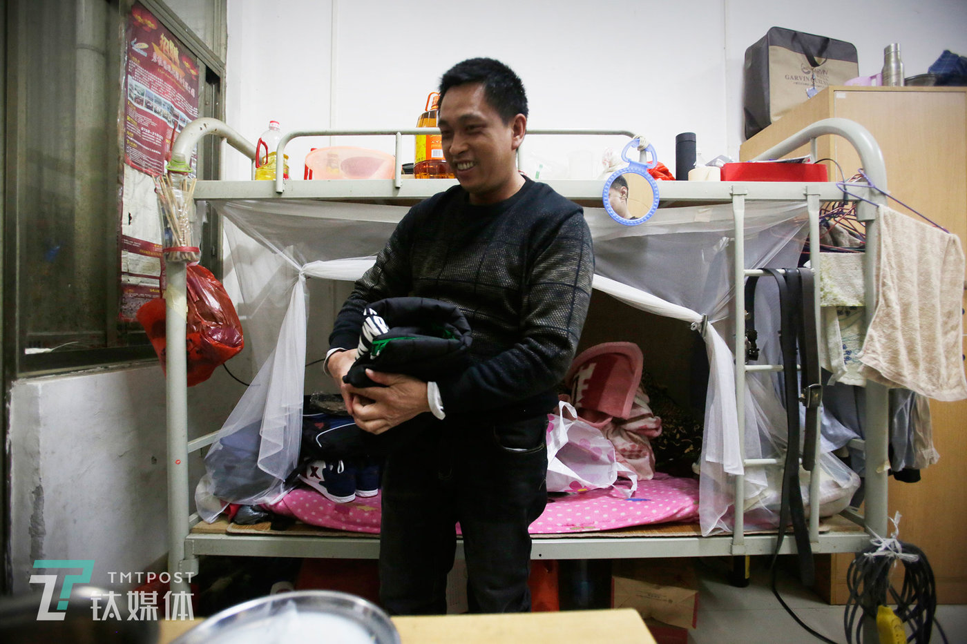 """出发前两天,苏宏杰就开始整理行李,他给儿子买了件羽绒服,给除夕夜的团年饭买了一份海鲜火锅,他觉得孩子肯定会喜欢这件新衣服。""""小孩平时都住校,只有周末回家才能跟我视频通话,他已经放寒假了,一直问我什么时候回去。""""苏宏杰对钛媒体《在线》说,他很想儿子。"""