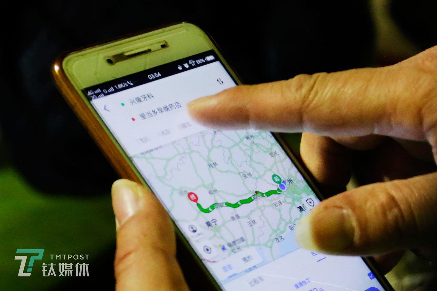 从苏宏杰的工厂宿舍附近到他老家南宁马山县里当乡,一路沿着国道省道县道,骑行路程约为700公里。苏宏杰选择凌晨出发,就是为了在当天晚上早点到家。这一趟他预计要骑行15到18个小时。