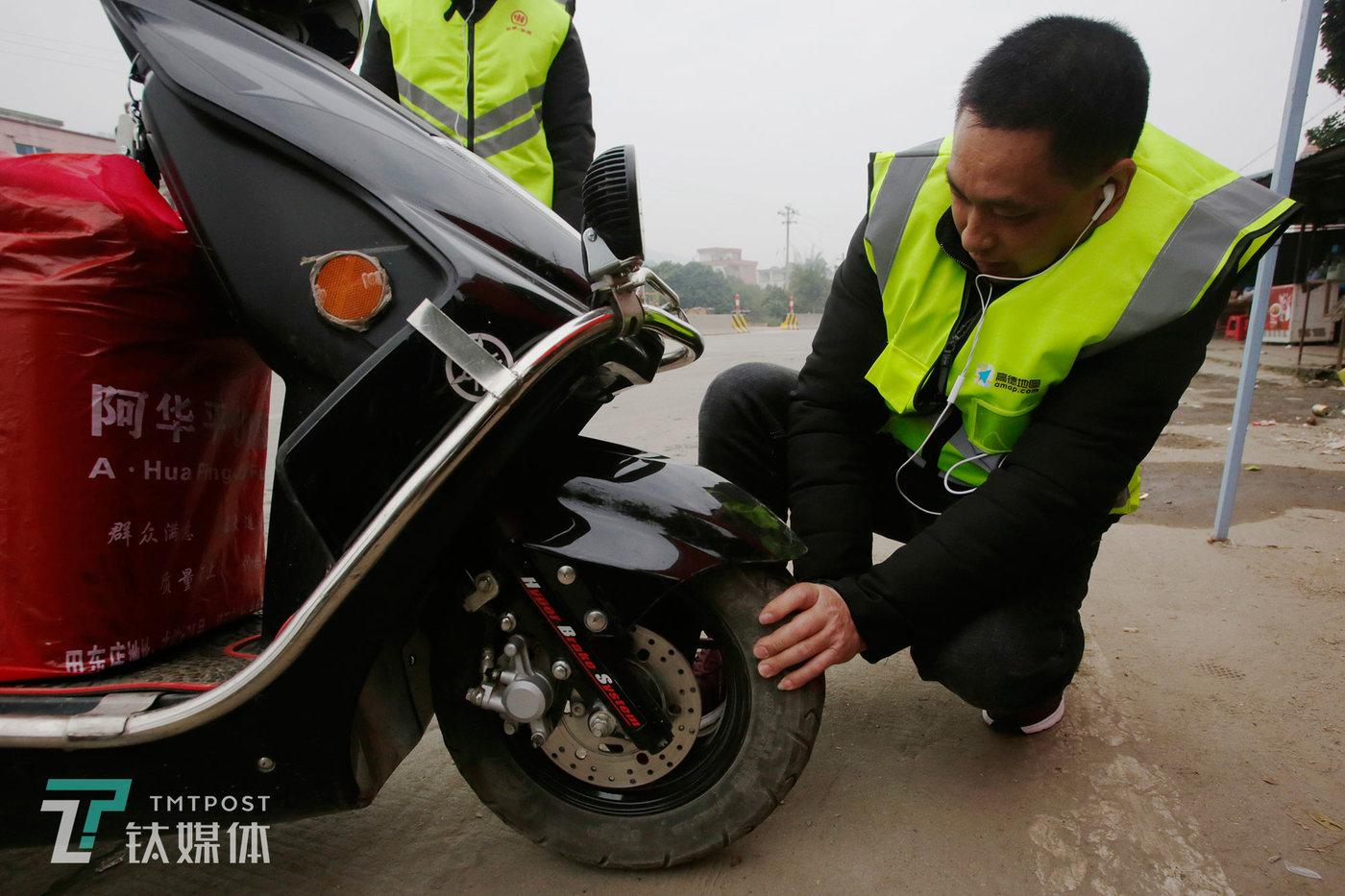 早上8点,吃过早饭继续赶路前,苏宏杰再次检查两台摩托车轮胎。每年骑车回家,动身前他都会仔细检查车辆,换好机油。苏宏杰说,自己很幸运,没遇到过什么危险,他最怕下雨天,下雨天路很滑,容易摔跤。
