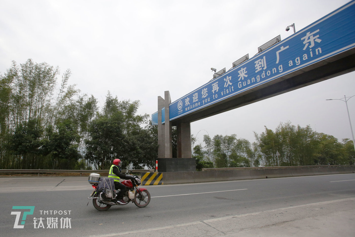 早上8:36,321国道,苏宏杰通过粤桂交界进入广西,此时他距家还有440多公里。
