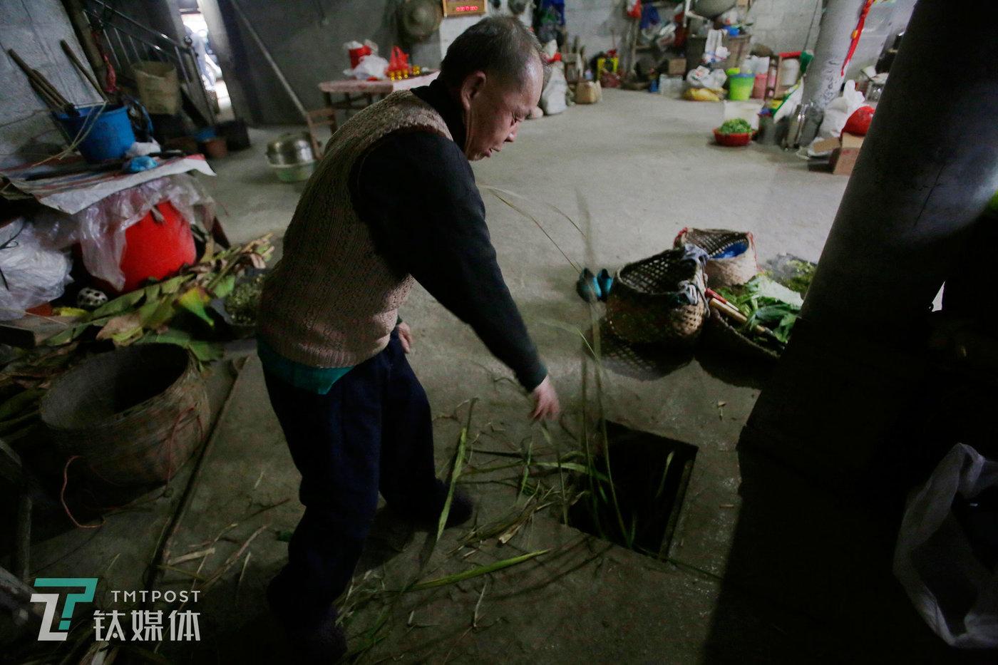 1月27日早上,苏宏杰的父亲一早就起床喂牛。