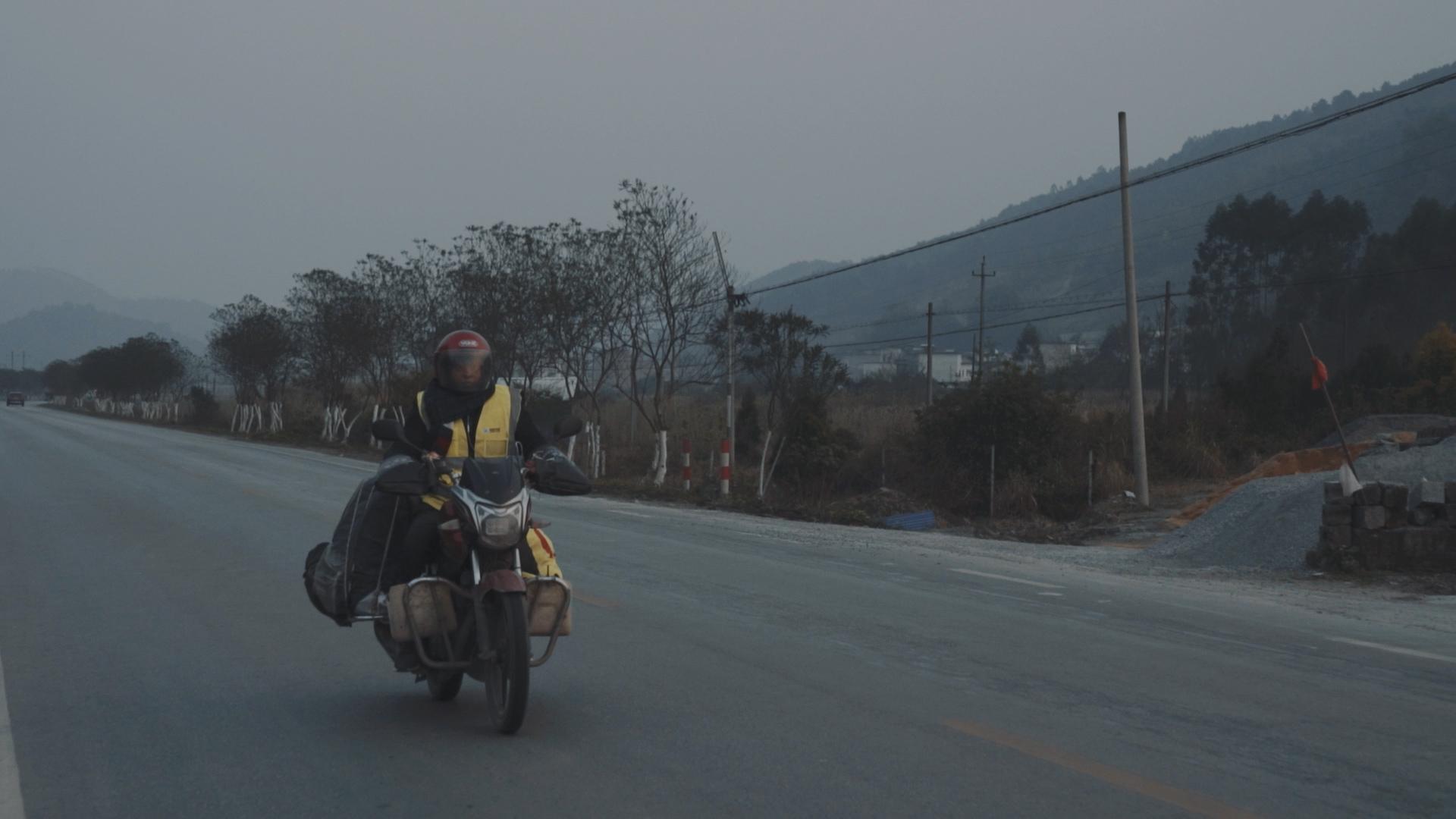 【视频】钛媒体跟拍返乡务工者:千里骑行,只为团聚