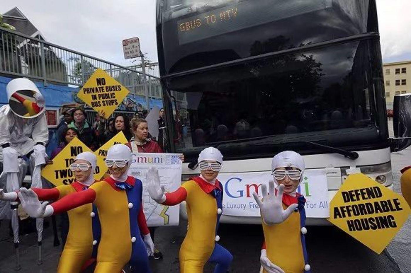 2014年4月,旧金山示威者穿着卡通外套挡住谷歌通勤车。民众认为高级技术员工的进入会推高本地生活成本。来源:视觉中国