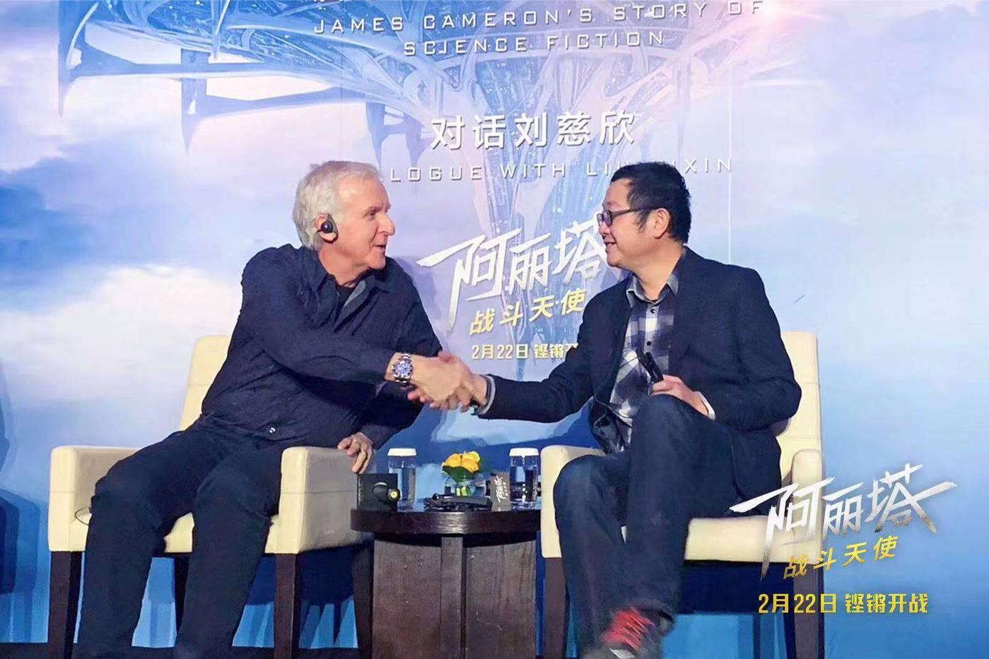 卡梅隆(左)对话刘慈欣(右)