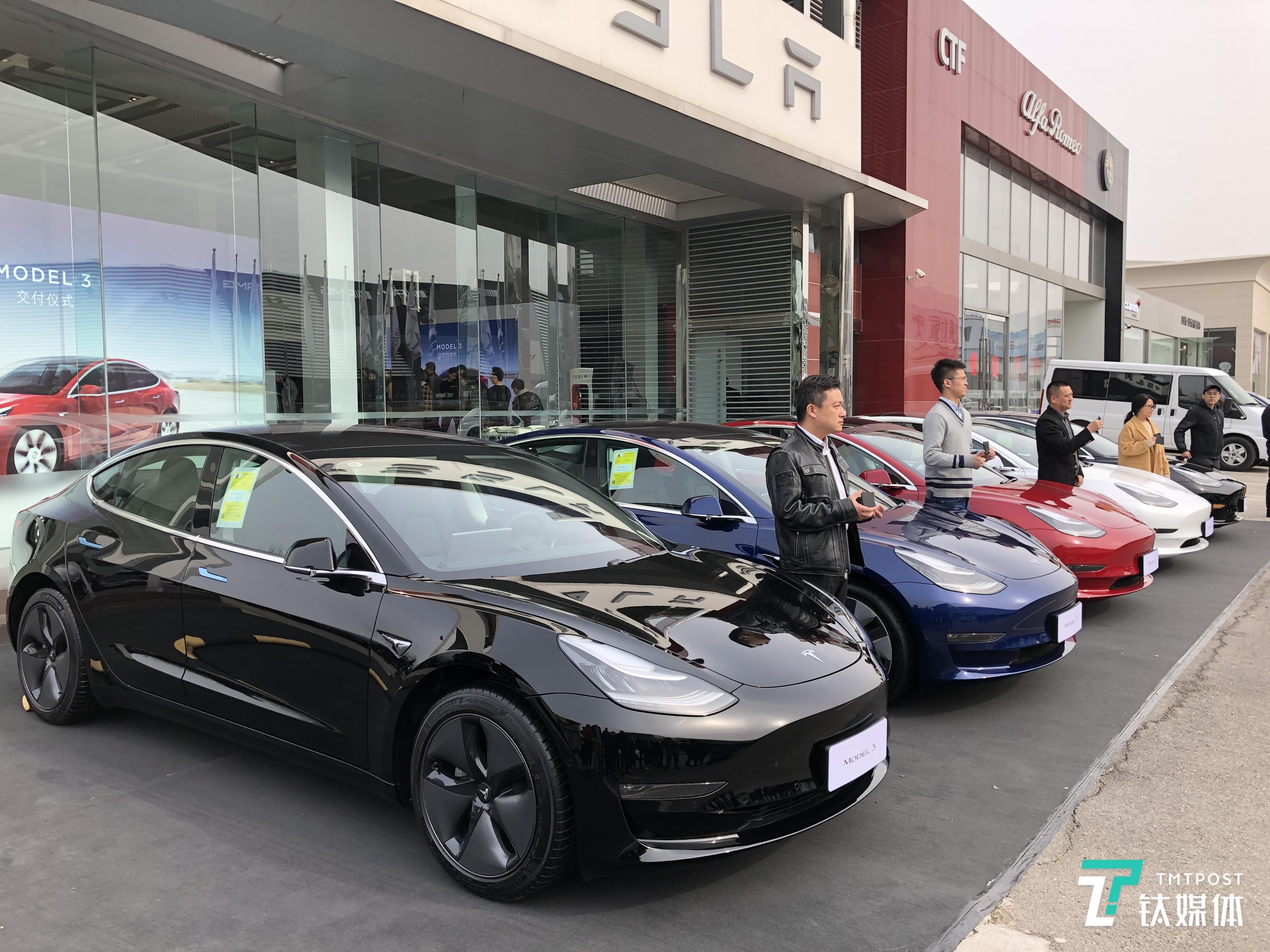 特斯拉中国首批Model 3交付现场
