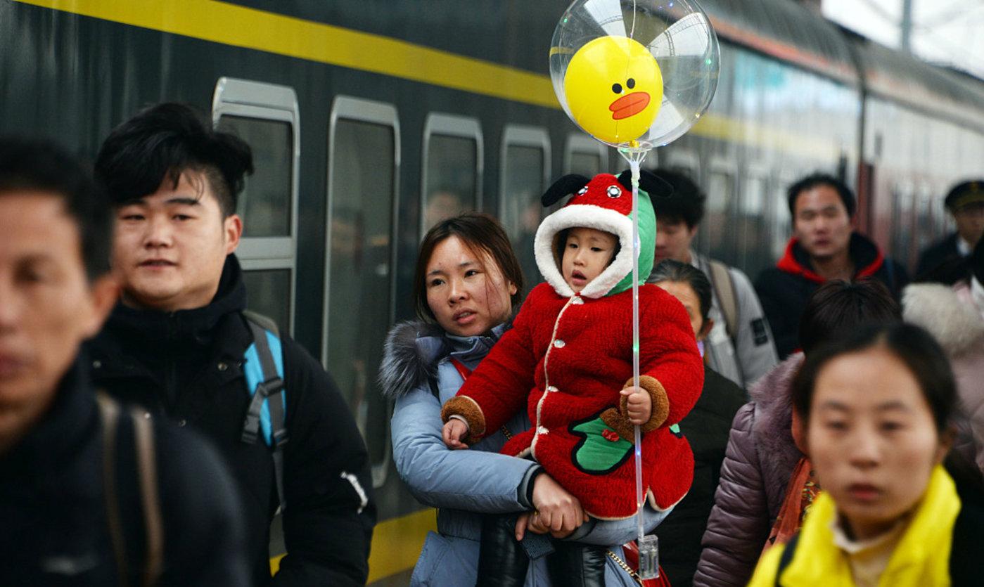在安徽省亳州市火车站,旅客们准备进站乘车,图片来源于视觉中国