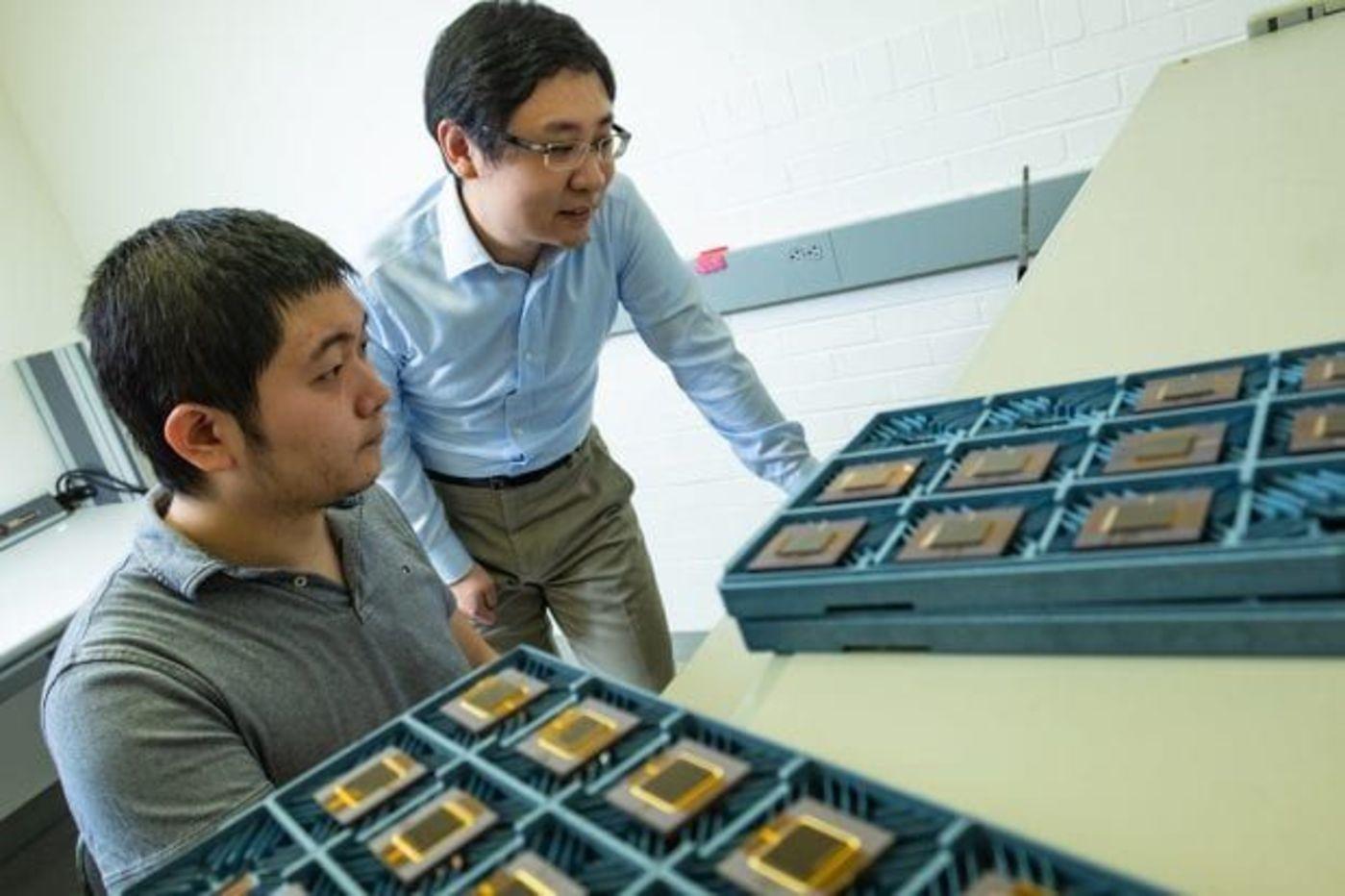莱斯大学电子和计算机工程学院助理教授Kaiyuan Yang(右)与Dai Li(左)