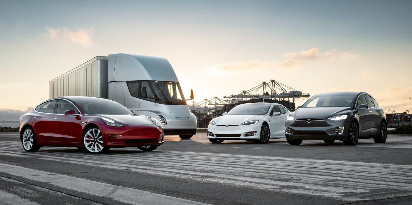 特斯拉汽车产品家族,左侧车型为Model 3