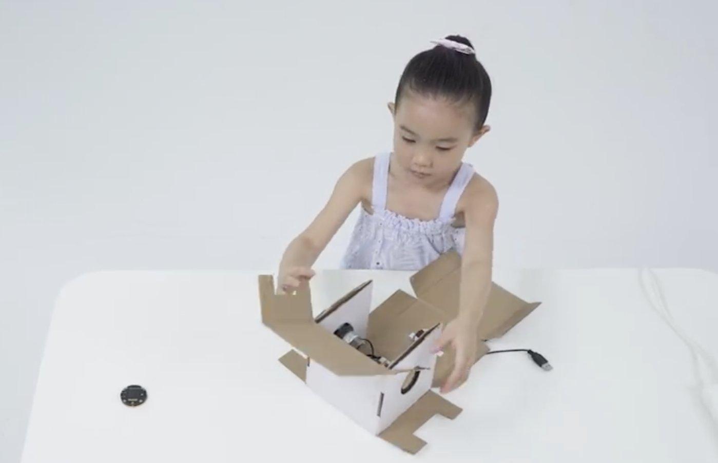 一位五岁的小女孩把Rokid KAMINO18与扬声器、电路元件简单组装后,即可制作出一个带有智能语音交互功能的AI 音箱。
