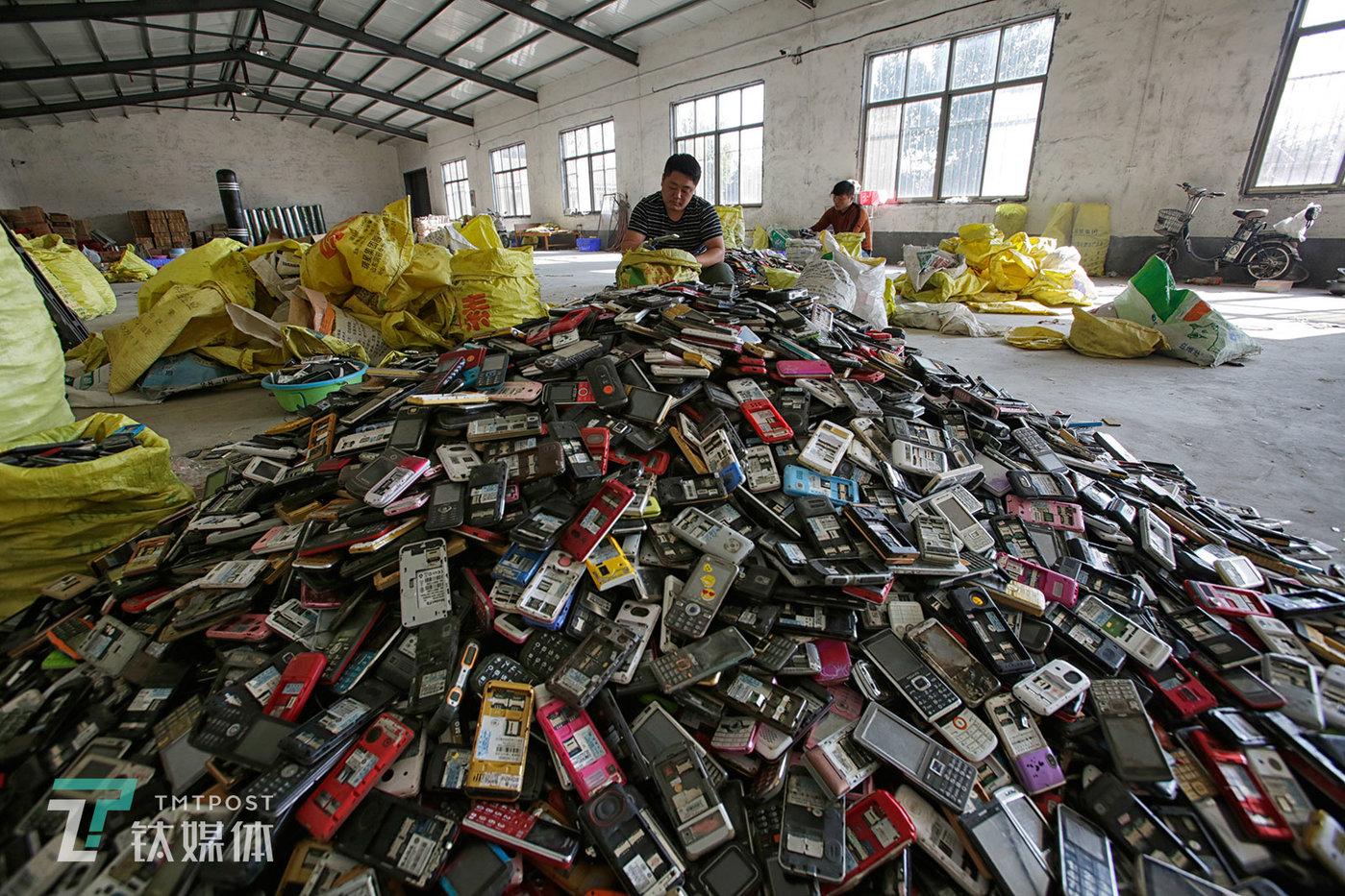 一批分拣完毕的老式功能机。经过分拣,老年机、老式功能机、山寨手机会被发往河南的拆解厂,电池被发给专门的回收商,其他废旧智能机、储存卡等会被发往深圳华强北一带的废旧手机交易市场。