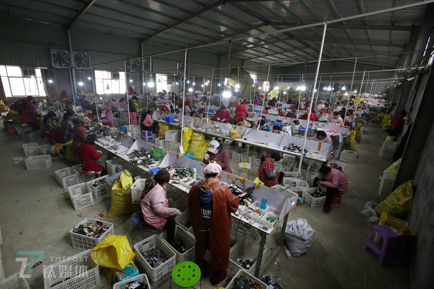 2019年3月5日,河南商丘永城一家手机拆解厂,近百名工人在拆解手机。据介绍,全国70%的老年机都被送到永城当地拆解。