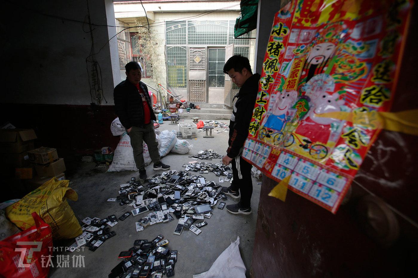 老陈(左)是李(右)的长期供货商,他常年在周边省份收货。