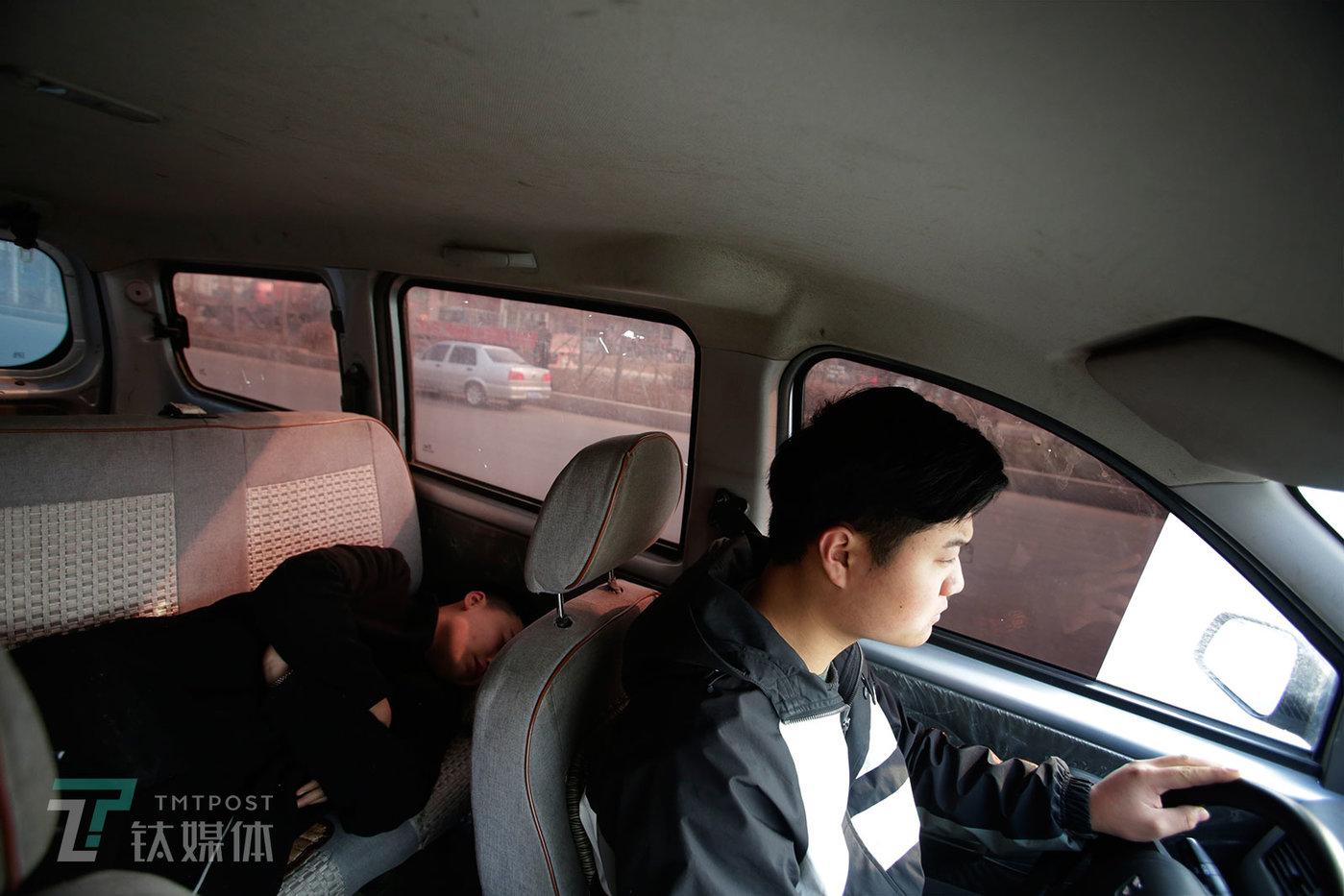 出门收货,李蒙带着弟弟当助手,面包车的后座也全部拆掉用来装货。